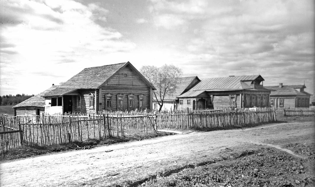 Дома Ворносковых в деревне Кудрино. 1930-е. Фото – В.Е. Дербенёв. Из семейного архива Ворносковых