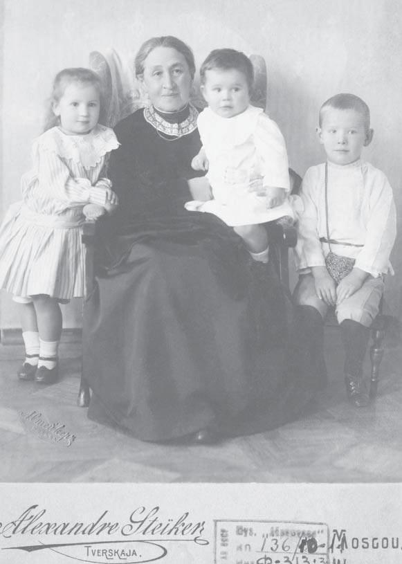 Елизавета Григорьевна с внуками (детьми Веры) – Лизой, Серёжей, Юрой