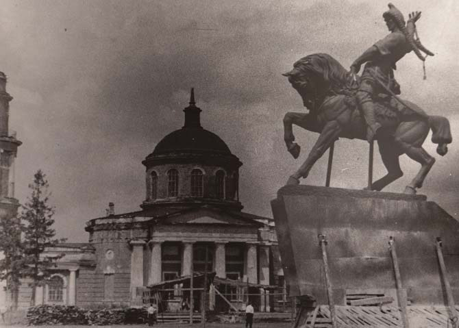 Монумент Салавата Юлаева на фоне Ахтырской церкви