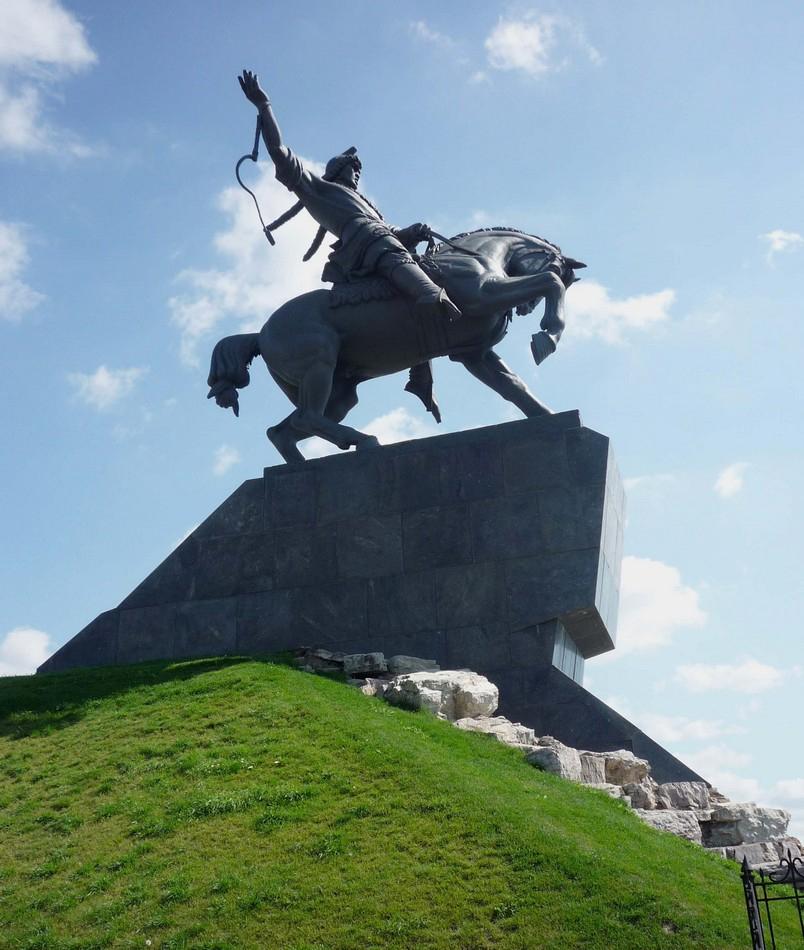 Памятник Салавату Юлаеву в Уфе на берегу реки Белая
