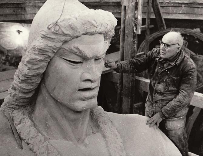 Сосланбек Тавасиев работает над памятником Салавату Юлаеву в своей мастерской в Ахтырке