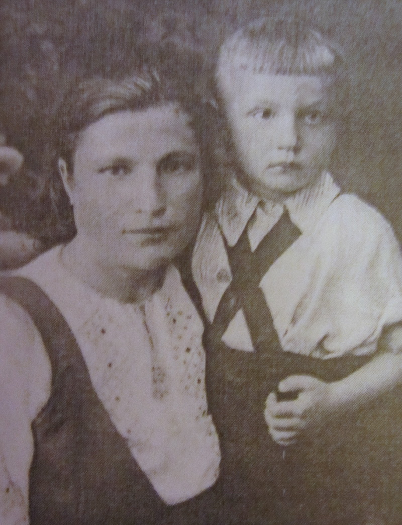 Маленький Юра Любопытнов с мамой