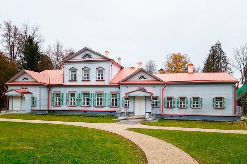 Главный усадебный дом музея Абрамцево. Осень