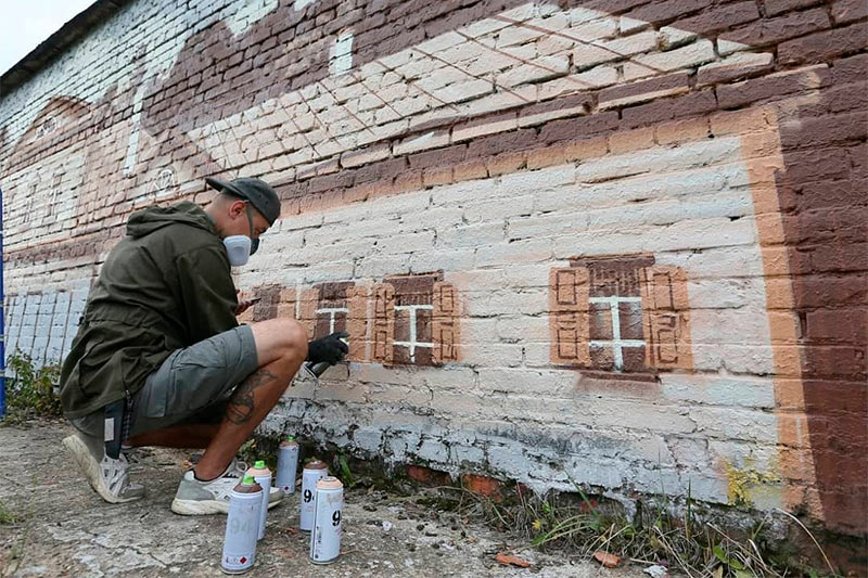 Сергей Салин работает над изображением Абрамцева на станции Хотьково