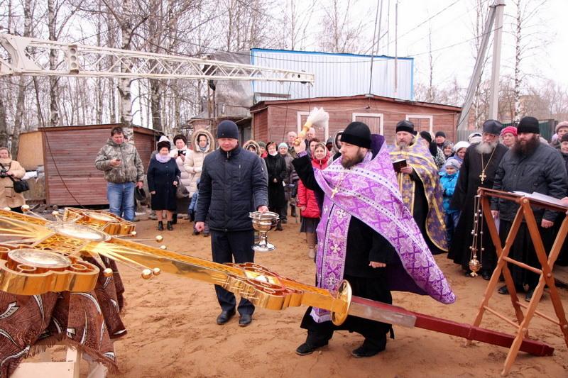 На строящемся храме Серафима Саровского в Хотькове установили крест