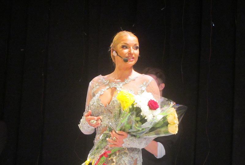 Анастасия Волочкова в Хотькове на благотворительном концерте